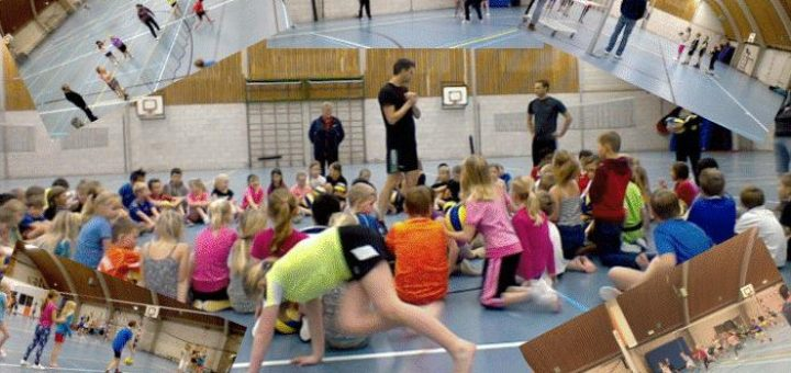 Kinderen van basisscholen krijgen volleyballes bij Urbanus